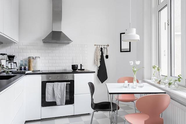 mała kuchnia, jasna kuchnia, biała kuchnia, kącik jadalny w kawalerce
