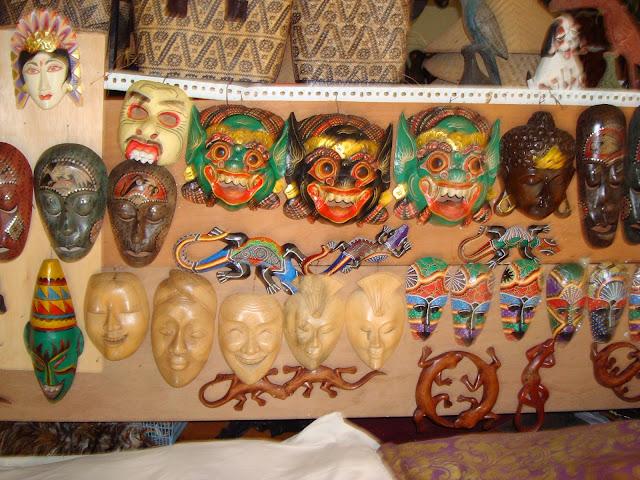 Изображение сувенирных масок в отеле острова Бали