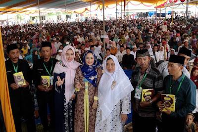 Aprilani Yustin Ridho Ficardo Disambut Puluhan Ribu Santri dan Masyarakat di Pesantren KH. Achmad Shodiq
