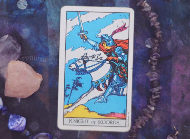 Saiba o significado da Carta do Cavaleiro de Espadas no Tarot do amor, dinheiro e trabalho, na saúde, como obstáculo ou invertida e como conselho.