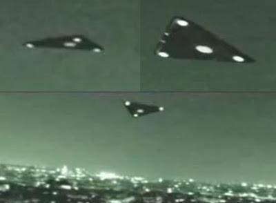 Imagen de tres objetos triangulares en formación