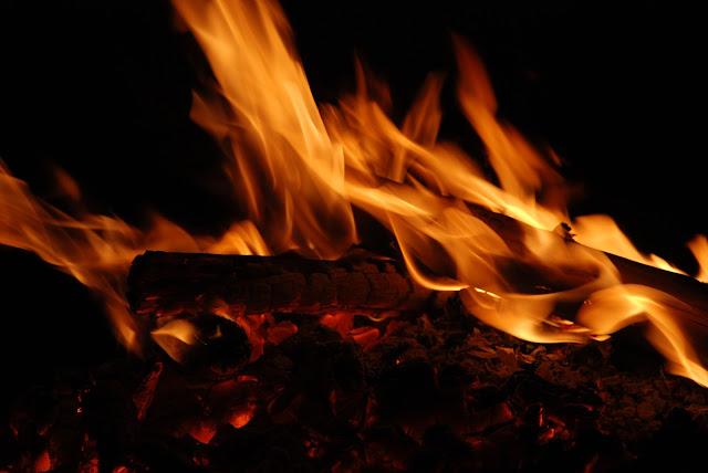 fuego, fogata, leña, luz