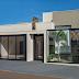 Fachada de casa térrea com cores neutras e pedra ferro + portão com tela e muro de vidro!