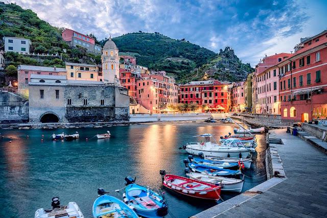 Là một phần của Cinque Terre Italian Riviera, tất cả tòa nhà trong thị trấn nhỏ bên bờ biển Vernazza là một mảng rực rỡ của sắc cam và vàng. Những câu chuyện cổ kể rằng, giống như Burano, ngư dân đã sơn nhà bằng những tông màu sặc sỡ để phân biệt chúng với biển. Tuy nhiên, cũng có khả năng là do du lịch phát triển vào những năm 1970, khi những ngôi làng khó tiếp cận này trở nên kết nối hơn mạng lưới tàu hỏa.