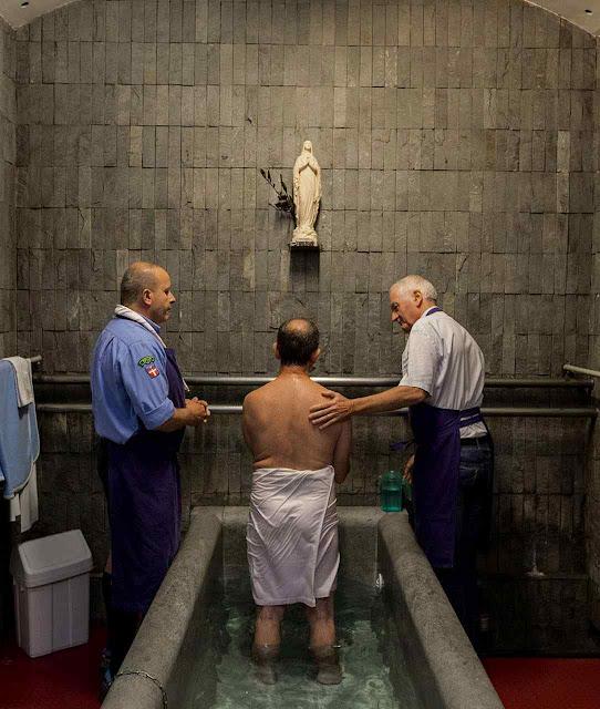 Momento da oração numa piscina de Lourdes, setor masculino