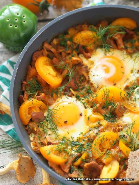 shakshouka, szakszuka z kurkami, zolte warzywa, danie z patelni, pozywne sniadanie, kurki, bałagan na patelni, jajka, jaja sadzone na warzywach