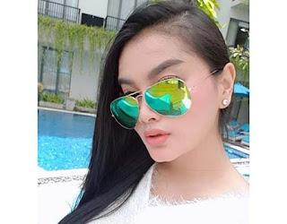 Gita Youbi Pakai Kacamata