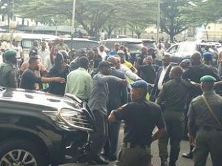 Labaran siyasa :::  Barayi sun shiga ofisoshin Sanatoci 3, sun saci abubuwa masu tsada