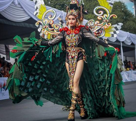 Pamer Paha Mulus dan Seksi di Jember Karnaval Cinta Laura