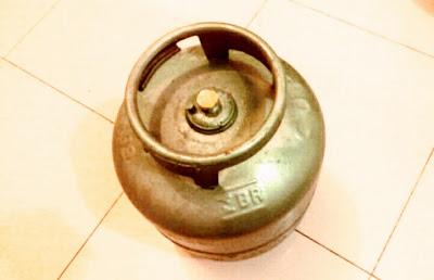 A foto mostra o botijão de gás de cozinha (GLP) na cor de ouro é equivalente  ao preço do produto.