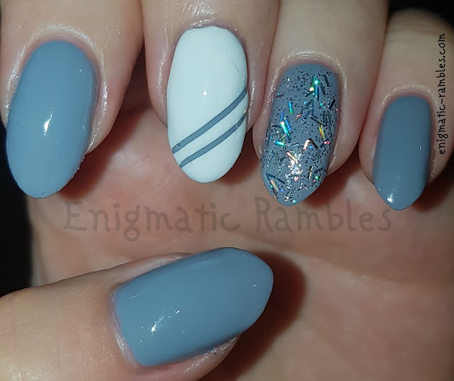 Bar-Glitter-Grey-Stripes-Nails