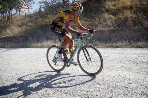 Wout Van Aert in gara alla Strade Bianche 2020 con la Bianchi Oltre XR4