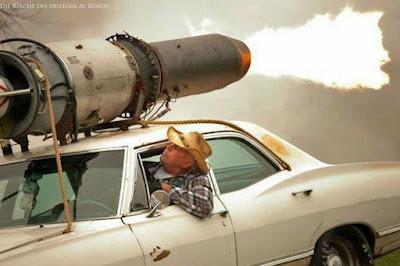 Lustiges Auto Bild - Amerika - Aufgemotztes Auto mit Raketenturbine