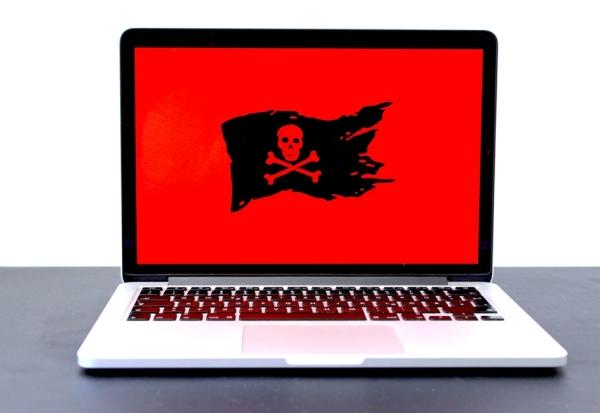 Laptop com símbolo de vírus na tela