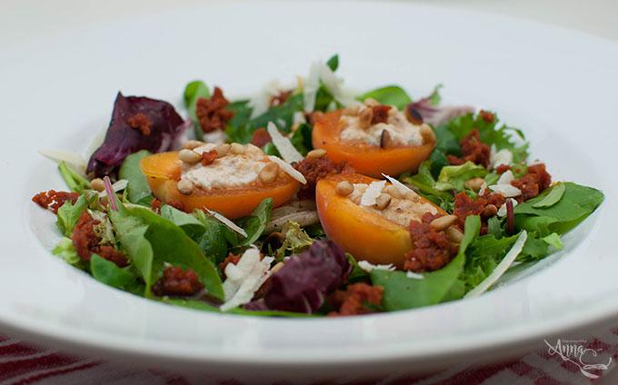 Gefüllte Ricotta-Aprikosen mit Tomatenpesto und Blattsalat