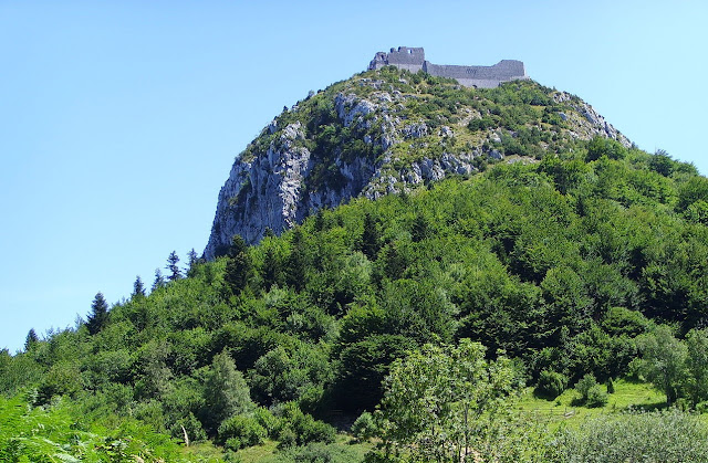 El castell de Montsegur des del peu de la muntanya