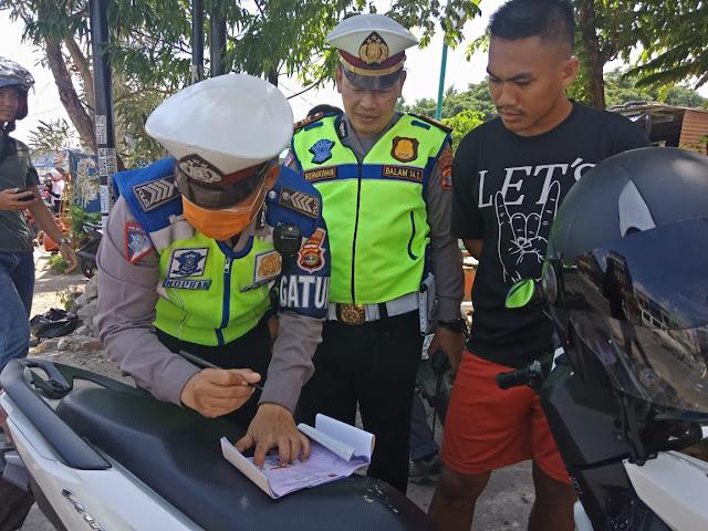 Viral Petang (06/03/2020) Bandar Lampung -- Satuan lalu lintas polresta Bandarlampung menggelar razia rutin di dua lokasi berbeda tepatnya jalan Emir M noer kota sepang dan Jalan Antasari Bandarlampung.