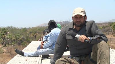 Foto: Romeu Piccoli no La Bestia, ao lado dos imigrantes. Crédito: Divulgação/Record TV