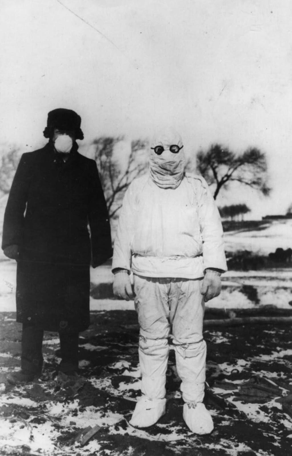 Un médico usa ropa protectora durante un brote de peste en Manchuria, alrededor de 1912.