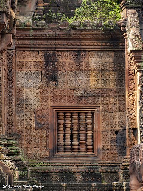 Banteay Srei, muro decorado y ventala del primer recinto - Angkor, Camboya por El Guisante Verde Project