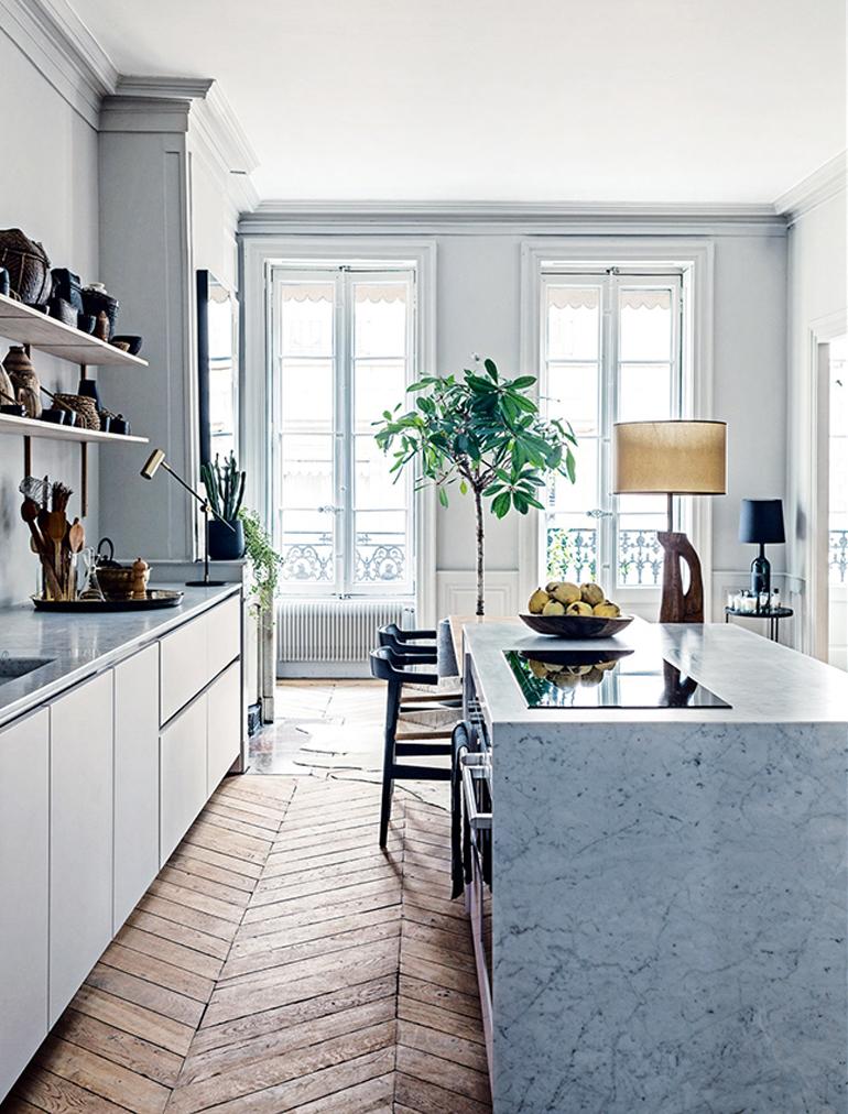 Cocina de revista Pinterest marmol blanco suelo madera