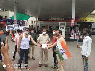 धार जिला युवा कांग्रेस द्वारा महगांई के विरोध में अर्दनग्न प्रर्दषन किया