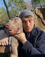 Junto a su perro