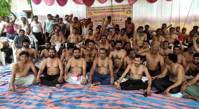 अर्धनग्न होकर अपनी मांगों को लेकर जोरदार प्रदर्शन, संयुक्त मोर्चा बोले हमारी मांगें नहीं मानी तो भोपाल में करेंगे प्रदर्शन   Adrdh nagn hokar apni mango ko lekar jordar pradarshan