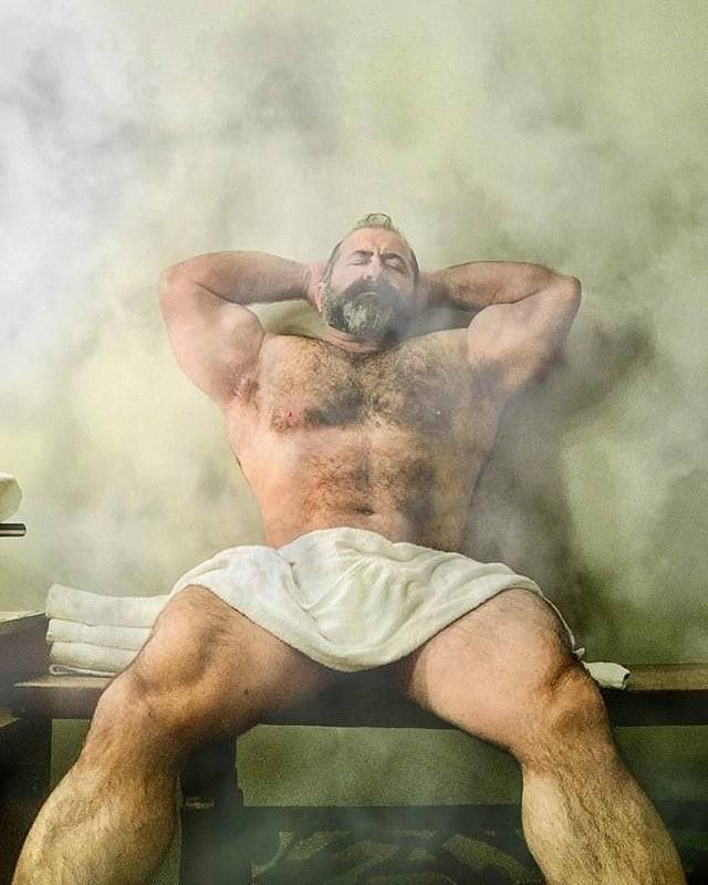 hombre en toalla en el turco