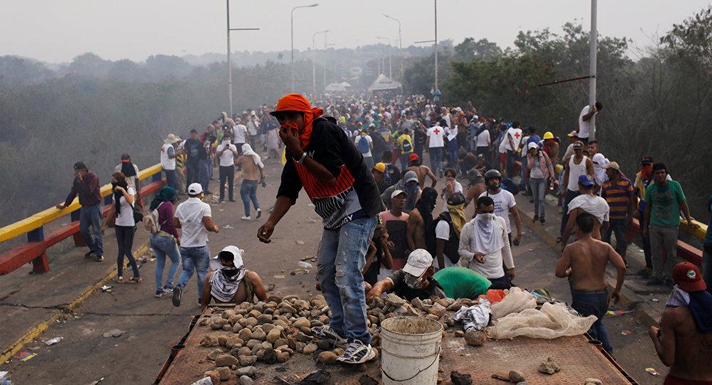 Hieren a una periodista de RT que filmaba los sucesos en la frontera con Venezuela