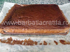 Prajitura desteapta cu ciocolata netaiata scoasa din cuptor si inlaturata hartia de copt