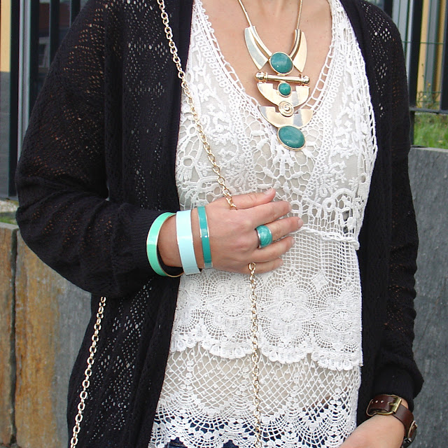 OOTD statement jewelry, ripped boyfriend jeans and pastels. Visit www.forarealwoman.com  #moda #fashion #blogger