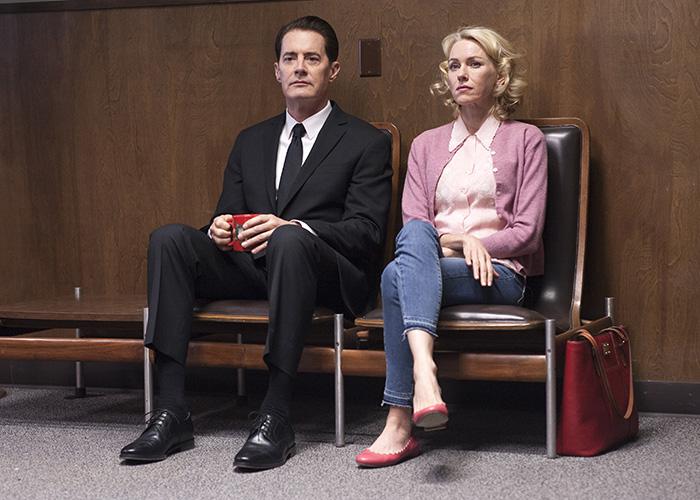 Cooper Dougie (Kyle MacLachlan) y Janey E. (Naomi Watts) esperando en la comisaría en el episodio 9 de Twin Peaks 2017, en Showtime