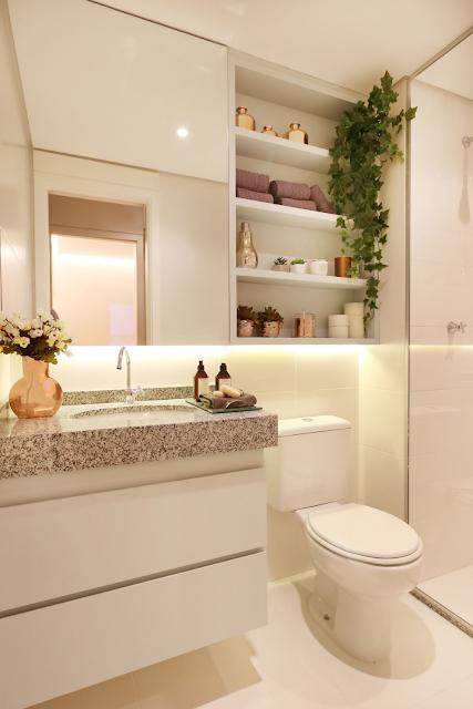 Banheiro pequeno planejado em cores claras