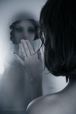 Mulher olhando no espelho embaçado