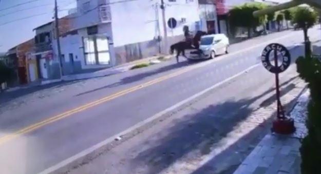 Vídeo: Cavalo descontrolado colide com carro, na tarde do ultimo domingo 07/03, em Condado PB