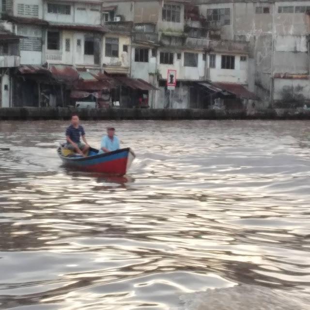 Masyarakat menyeberangi Sungai Kapuas
