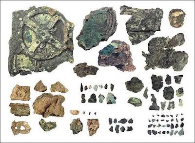 I frammenti rimanenti del meccanismo di Antikythera.