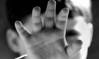 Φρίκη! Πατέρας κτήνος κακοποιούσε σ**ουαλικά τον 4χρονο γιο του και τον μετέτρεψε σε ykει...