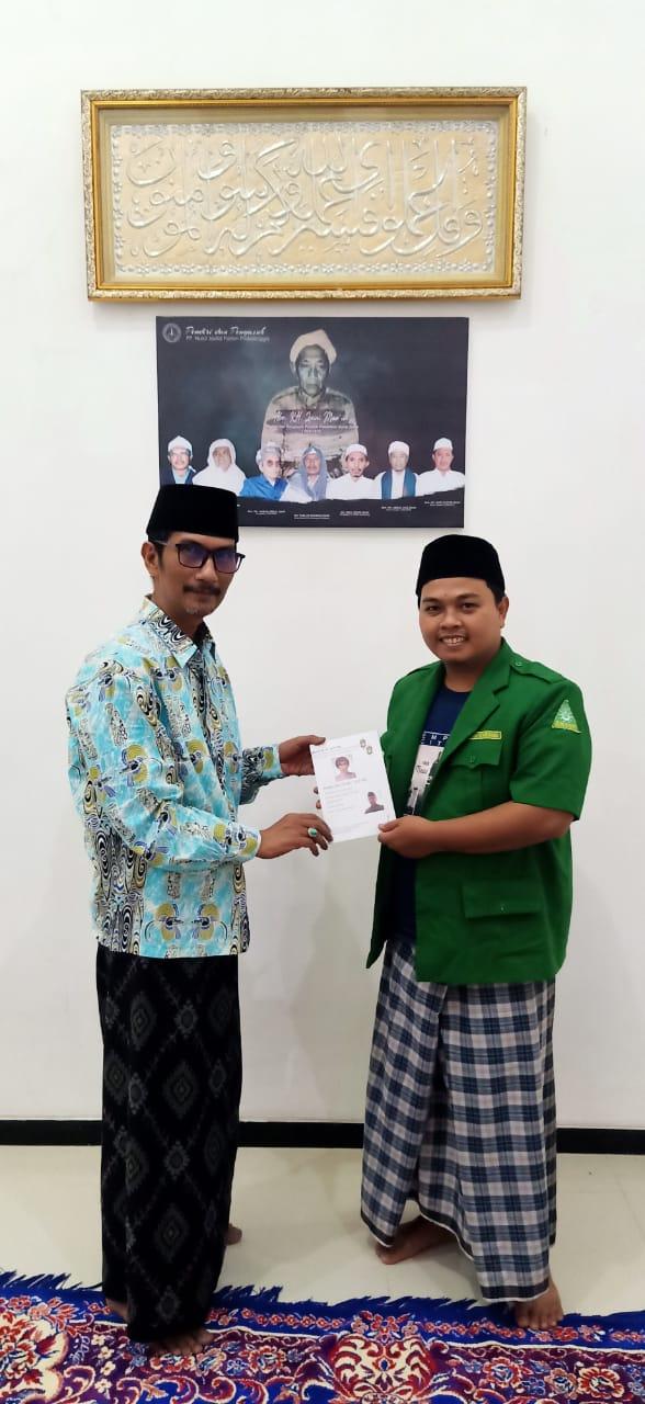 Penyerahan Buletin Al-Asy'ari Kepada KH. Muhammad Hasyim Sonhaji, M.HI. Oleh Ketua PAC. GP. Ansor Wonosari