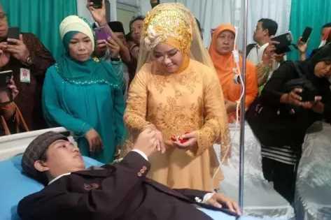 Meskipun Dirawat di Rumah Sakit Pria Ini Tetap Menikah, Ini Alasannya!