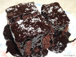 Prajitura negresa reteta de casa la cuptor cu glazura de ciocolata preparata cu lapte oua zahar cacao unt retete prajituri glazurate desert dulce mancare,