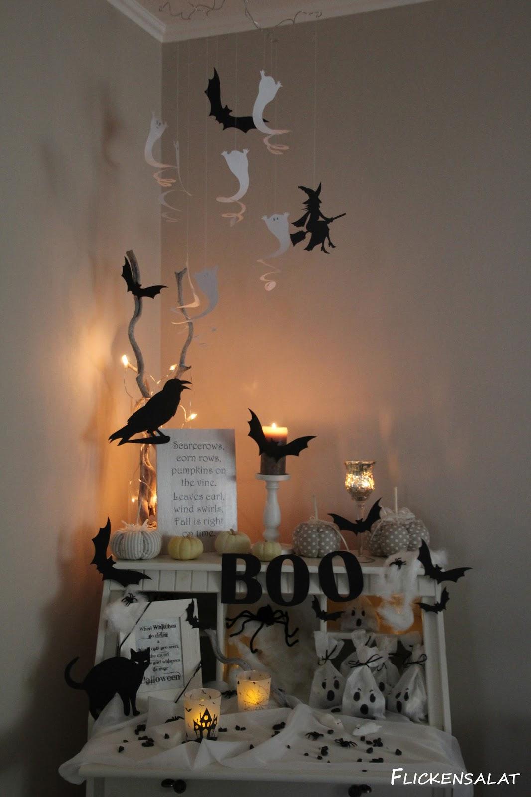 Ein Halloween Spruch Fand Noch Platz In Einem Alten Bilderrahmen. Durch Die  Warme Luft Der Kerze Bewegen Sich Die Geisterspiralen Sehr Schön.