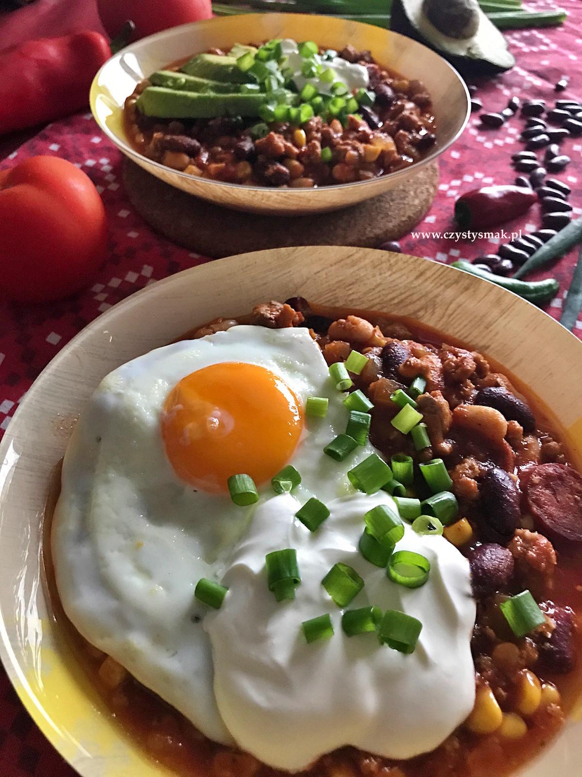 Chili con carne z jajkiem sadzonym