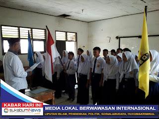 Kepala SMP Negeri 2 Purabaya Yana Rudiana melantik pengurus perwakilan kelas dan OSIS