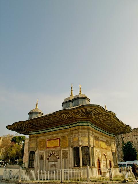 Fuente de Ahmet III en Estambul vista lateral