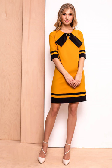 Rochie PrettyGirl mustarie office cu croi in A din stofa usor elastica captusita pe interior accesorizata cu brosa