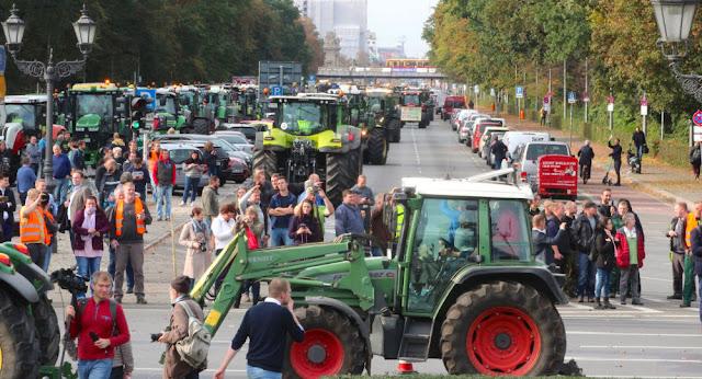 Αποκλεισμένο το Βερολίνο από τρακτέρ και αγρότες - Βίντεο