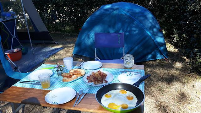 Glamping-Frühstück mit Eiern und Speck