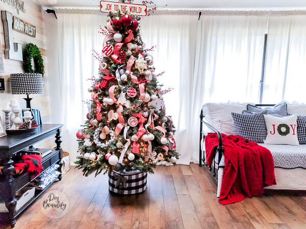 farmhouse Christmas tree in red and white